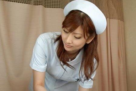 純粋な子供の時に看護師の手の甲がぶつかって